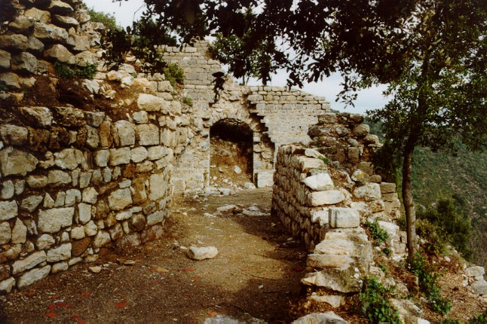 Termes ruines du chteau mdival dtruit en 1210 par les for Combattre humidite mur interieur